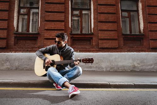 ギター男性