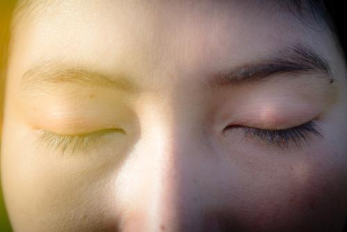 目を閉じる女性