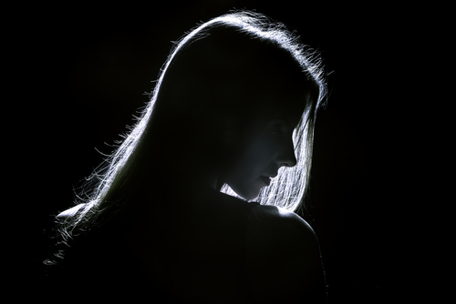 暗闇の女性