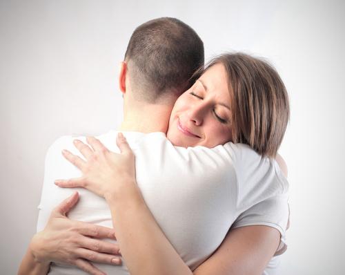 抱きしめるカップル
