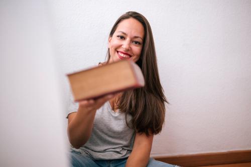 本を渡す女性