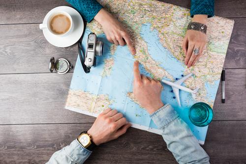 地図を見て話し合う