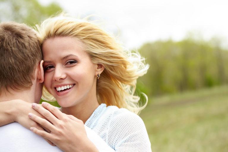 抱きしめる女性