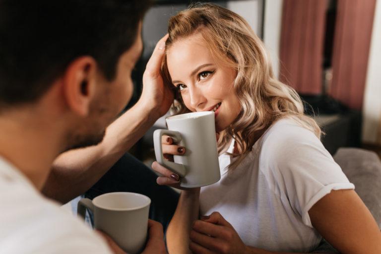 コーヒーを飲むカップル