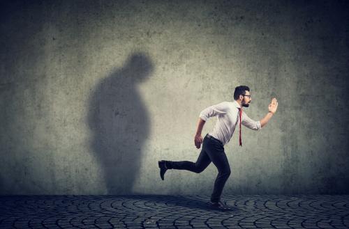 逃げる 男性