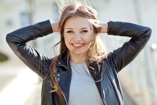 軽く微笑む女性