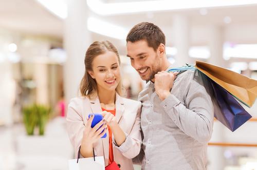 買い物にいく男女
