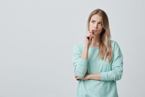 硬い表情の女性