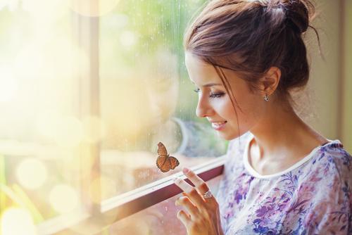 蝶を見つめる 女性