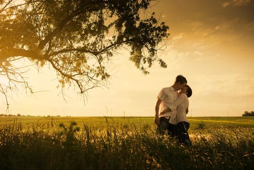 草原の中のカップル