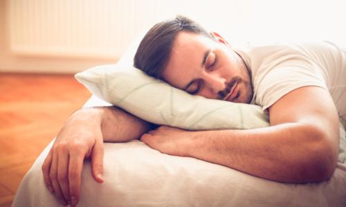 寝る 男性