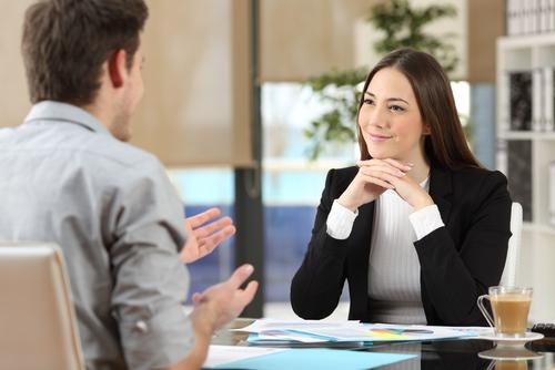 仕事の話をする女性