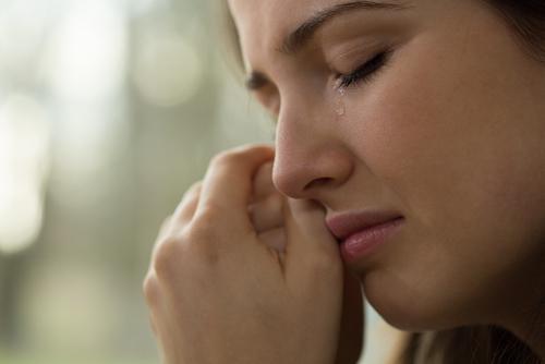 涙する 女性