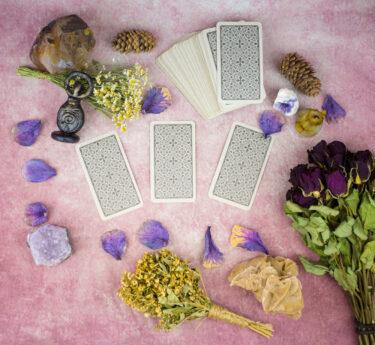 タロットカードとオラクルカードの違いはここ!特徴と得意な占い&苦手な占い・初心者でも迷わない使い分け方を解説